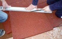 При укладанні гумової плитки необхідно користуватися рівнем