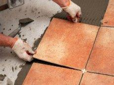 При укладання необхідно рівно прикладати плитки