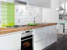 Зелено-біла плитка на фартусі кухні
